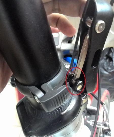 Batang besi panjang menyentuh besi silinder dibawahnya